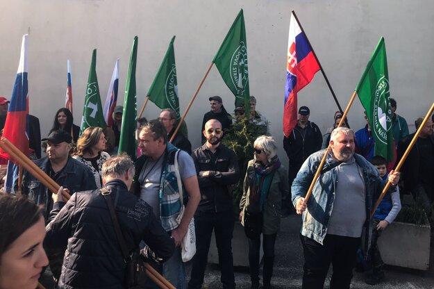 Protest pred budovou súdu.