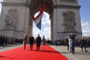 Hrob neznámeho vojaka je štandardné protokolárne miesto, ktoré navštevujú zahraničné delegácie. Francúzi ho majú pod Víťazným oblúkom.