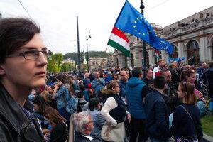 Vyše desaťtisíc protestujúcich sa zhromaždilo v nedeľu podvečer 9. apríla 2017 v Budapešti na podporu Stredoeurópskej univerzity.