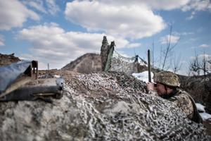 Po horúcich dňoch sa z vojny v Donbase stal zamrznutý konflikt. Na snímke ukrajinský vojak hliadkujúci na frontovej línii neďaleko Makijivky.