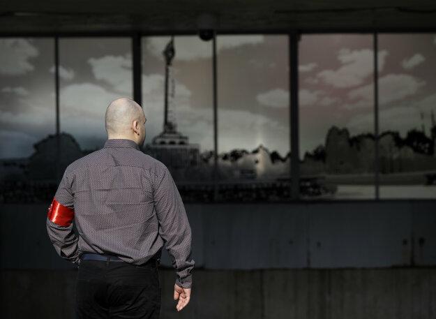 Podporovateľ ĽSNS pred budovou Najvyššieho súdu.