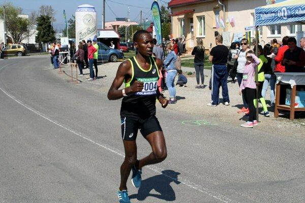 Celkový víťaz v kategórii mužov - Keňan Mutuku Wambua.