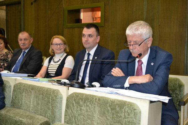 Poslanci schválili menovitý zoznam opráv chodníkov a miestnych komunikácií. Jedinú zmenu navrhol poslanec Juraj Vaňo (vpravo).