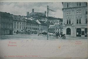 Kedysi malebný pohľad cez Rybné námestie na Hrad (cca. 1910).