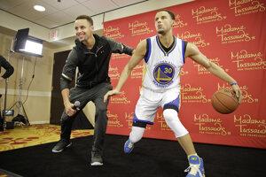 Americký basketbalista Stephen Curry so svojou voskovou podobizňou.