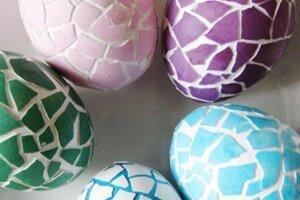 Rozbité kraslice poslúžia ako mozaika.