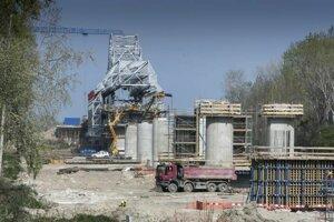 Práce na šiestom bratislavskom moste ponad Dunaj.