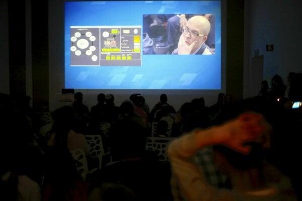 Reakcia ľudí v riadiacom centre po strate kontaktu s robotom počas pristávania na Mesiaci.