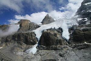 Ľadovec Blüemlisalp na severnom úbočí hôr Wildi Frau a Ufem Stock.