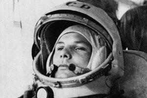 Kozmonaut Jurij Gagarin na nedatovanej snímke v skafandri. Bol prvým človekom vo vesmíre.