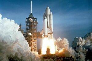 12. apríla 1981, dvadsať rokov po prvom lete človeka do vesmíru, odštartoval vôbec prvý raketoplán Columbia z Mysu Canaveral na misiu STS-1.