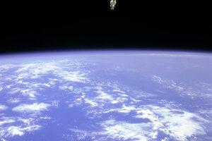 Astronaut Bruce McCandless II vykonal prvý výstup do vesmíru bez istenia 7. februára 1984.