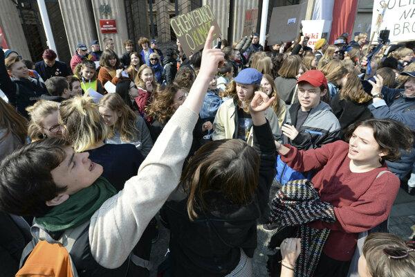 Štrajk poľských učiteľoc podporujú aj žiaci.