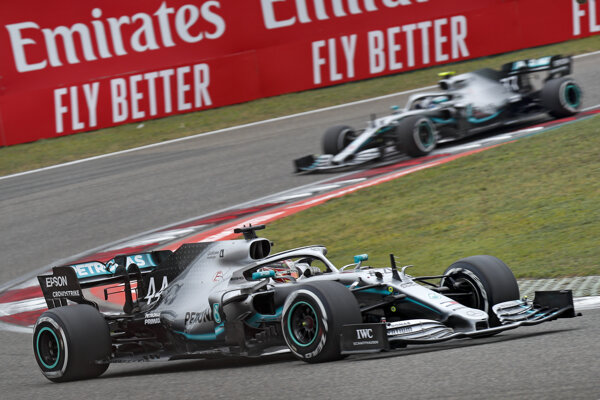 Lewis Hamilton (v popredí) a Valtteri Bottas.