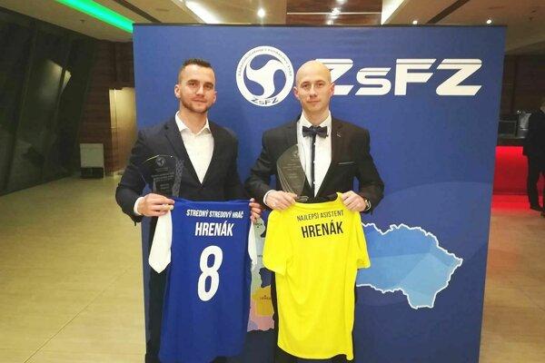 Anton Hrenák (vpravo) najlepší asistent v ZsFZ, jeho brat Michal najlepší stredový hráč.