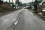 Cesta v Oravskej Lesnej po roku od položenia novej vozovky.