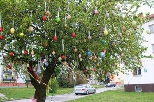 Veľkonočný strom pred obecným úradom.