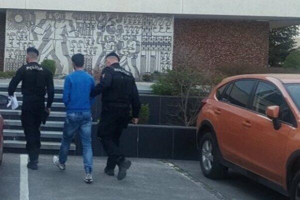 Polícia odvádza muža, ktorý sa obnažoval pred dievčatami.