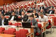 Poslanci nezahlasovali za zverejňovanie pracovných kontaktov úradníkov.