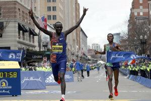 Lawrence Cherono (vľavo) v cieli Bostonského maratónu 2019.