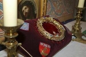 Tŕňová koruna, ktorú niesol údajne na hlave počas ukrižovania Ježiš Kristus a ktorá bola od roku 1239 vystavená v parížskej katedrále Notre Dame.