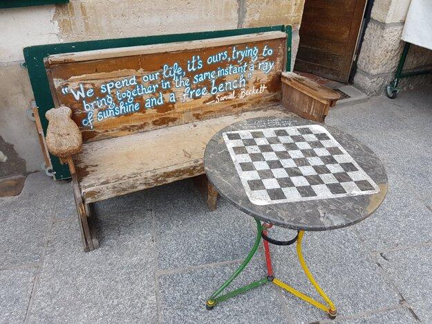 posedenie a šachy pred kníhkupectvom