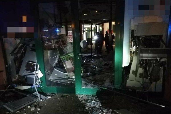 V obchodnom centre v Chorvátskom Grobe, v časti Čierna Voda odpálili dva bankomaty.