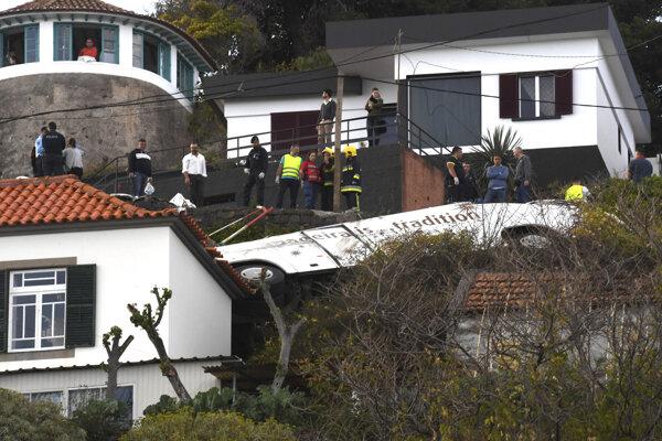 Spolu 29 životov si vyžiadala stredajšia dopravná nehoda autobusu s nemeckými turistami na portugalskom ostrove Madeira.