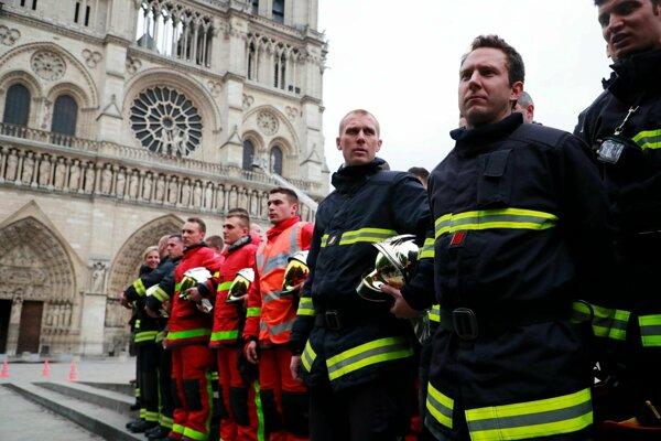 S požiarom bojovali stovky hasičov.