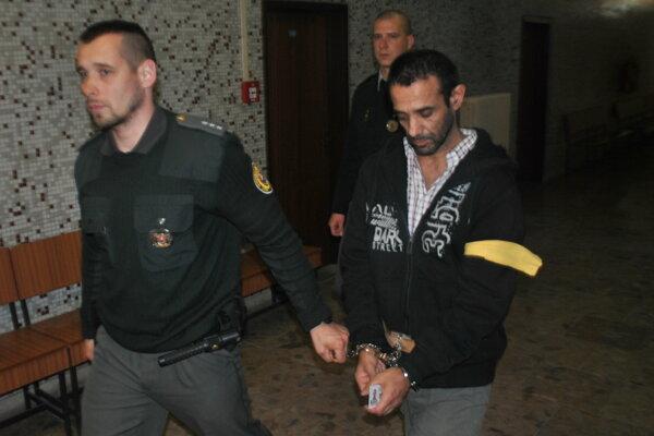 Igora Horvátha (vpravo) odvádza eskorta späť za mreže.