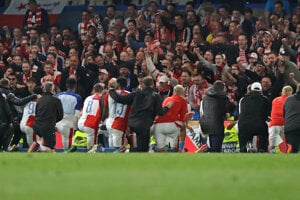 Hráči Slavie Praha ďakujú svojim fanúšikom.