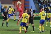 Michalovčania na vlastnom trávniku podľahli favorizovanej Dunajskej Strede 0:2.
