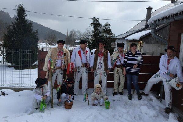 Aj keď bol po iné roky na veľkonočné sviatky sneh, šibači sa snažili svojej úlohy zhostiť čo najlepšie. Nechýbali ani vedrá.
