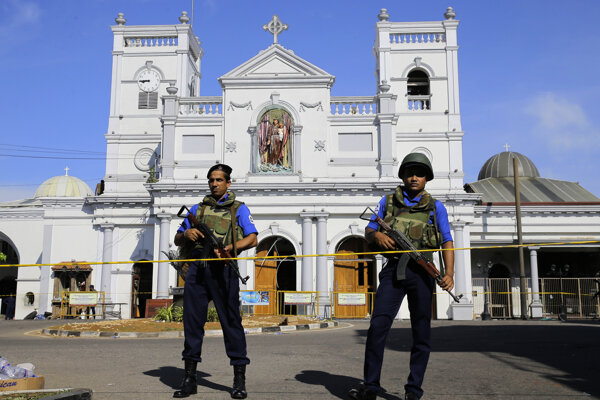 Srílanská polícia hliadkuje na mieste jedného z výbuchov.