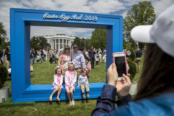 Slávnosť kotúľania vajíčok, ktorá sa už po 141. raz konala v záhrade amerického Bieleho domu.