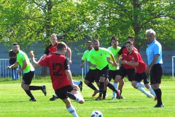 Futbalisti Jelky (v červenom) porazili v susedskom derby Veľké Úľany a držia si 6-bodový náskok na čele. Najbližšie ich čaká šláger na ihrisku druhého Tomášikova.
