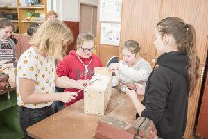 Spolupráca pri stavaní vtáčích búdok.