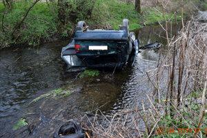 Auto po jazde opitého šoféra skončilo prevrátené na streche v koryte rieky.