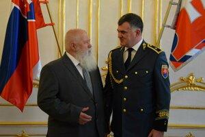 Doktor Orság si z rúk Alexandra Nejedlého, riaditeľa HaZZ, prevzal Zlatý záchranársky kríž.