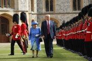 Na archívnej snímke 13. júla 2018 americký prezident Donald Trump (vpravo) a britská kráľovná Alžbeta počas prehliadky čestnej stráže na zámku vo Windsore.
