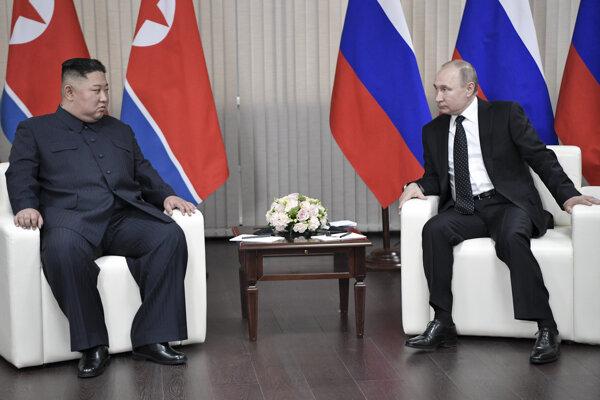 Ruský prezident Vladimir Putin a vodca KĽDR Kim Čong-un počas rokovaní vo Vladivostoku.
