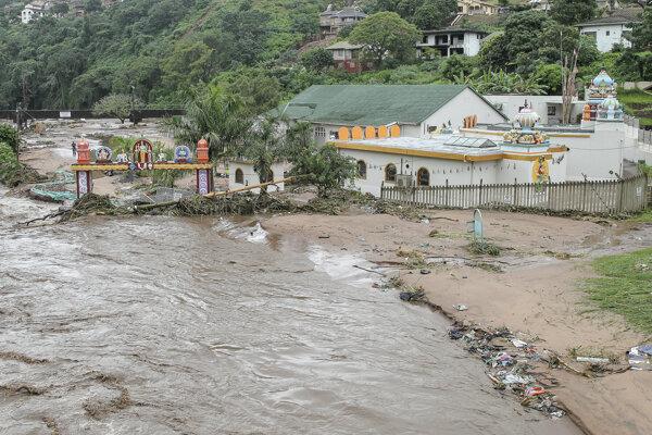 Na snímke zdvihnutá hladina rieky v dôsledku silných dažďov preteká okolo domu v juhoafrickom Durbane.