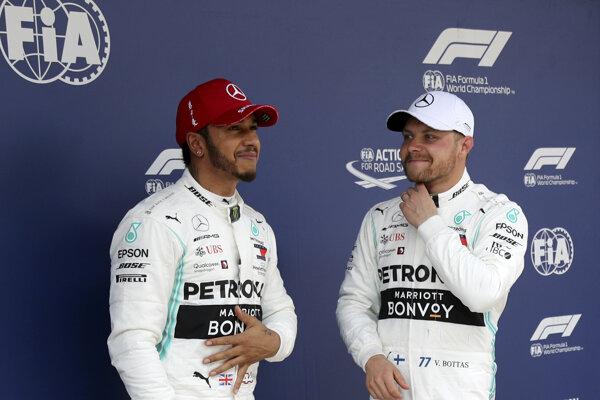 Lewis Hamilton (vľavo).