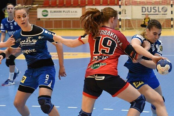 V modrých dresoch domáce hráčky Barbora Königová a Kristína Kurňavová.