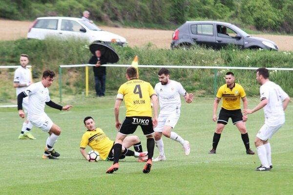 Kolíňany (v žltom) získali z posledných piatich zápasov 13 bodov a sú už druhé. Včera porazili Rišňovce 3:1.