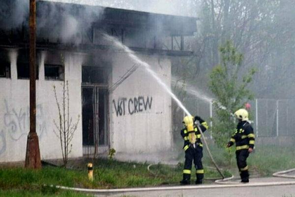 Zásah hasičov pri požiari.