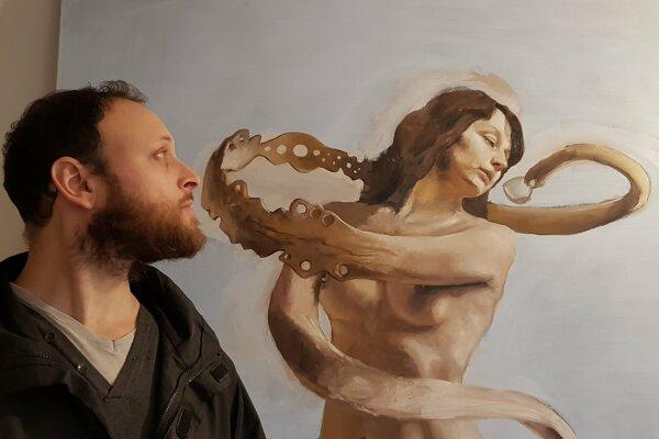 Umelec so svojím najnovším dielom.