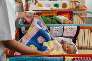 Detičky dostali od dobrovoľníčok nové farebné deky i chobotničky .