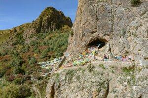 Budhistická jaskyňa je zároveň aj obľúbeným turistickým miestom.
