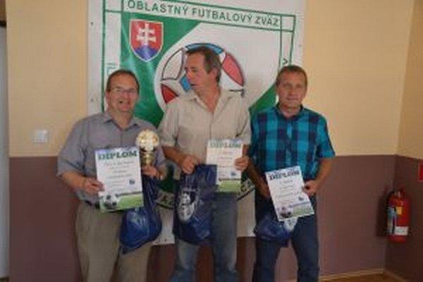Ceny pre najlepšie dorastenecké tímy preberali zľava zástupcovia Ladiec, Udiče a D. Kočkoviec.